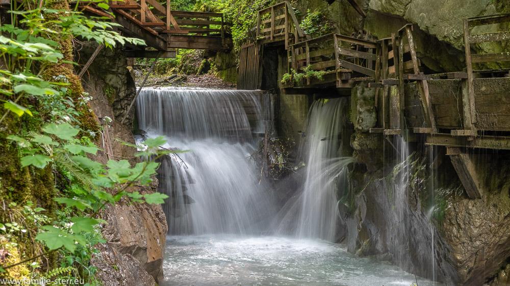 Wasserstufen einer Wehranlaga am unteren Ende der Seisenbergklamm