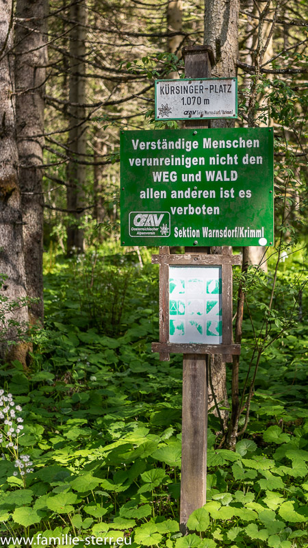 """Hinweisschild am Fuß der Krimmler Wasserfälle """"Verständige Menschen verunreinigen nicht den Weg und Wald, allen anderen ist es verboten"""""""