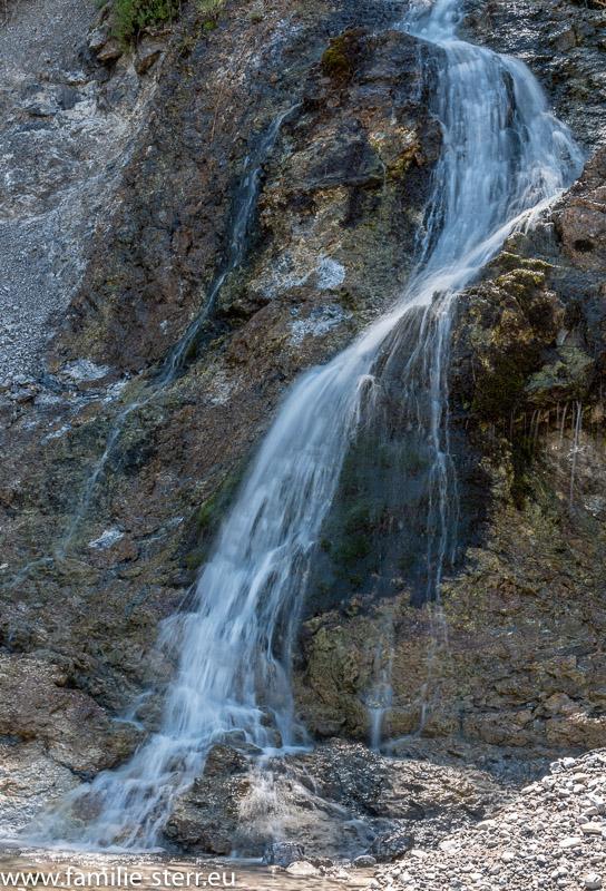 ein kleiner Wasserfall an der Mündung der Dürrach in den Sylvensteinspeicher