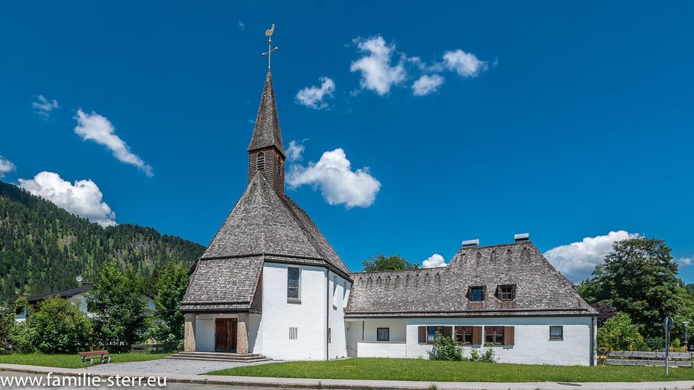 Die Neue Kirche Fall - Kirche Maria Königin bei strahlend blauem Himmel