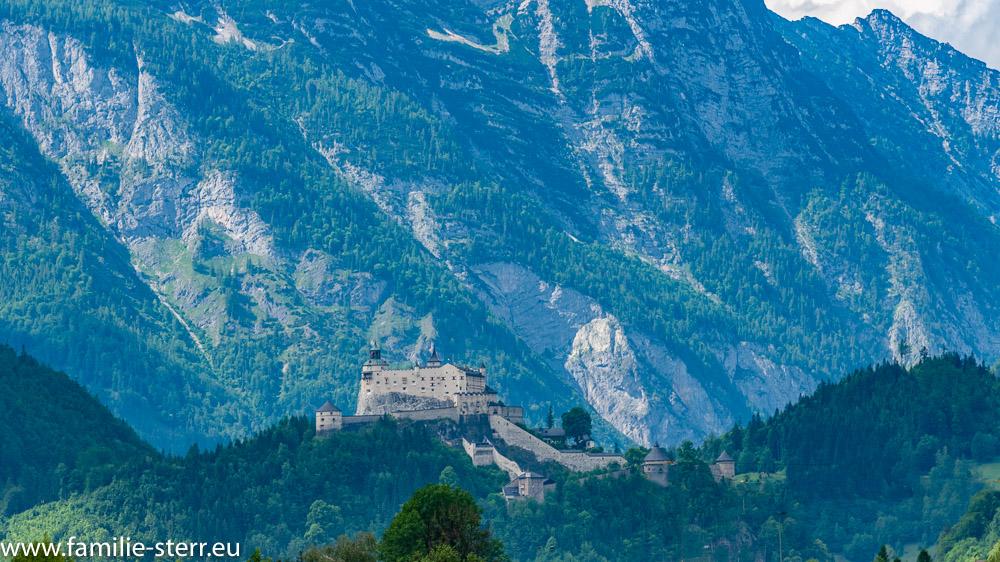 Die Festung Hohenwerfen vor der riesigen Bergwand im Hintergrund