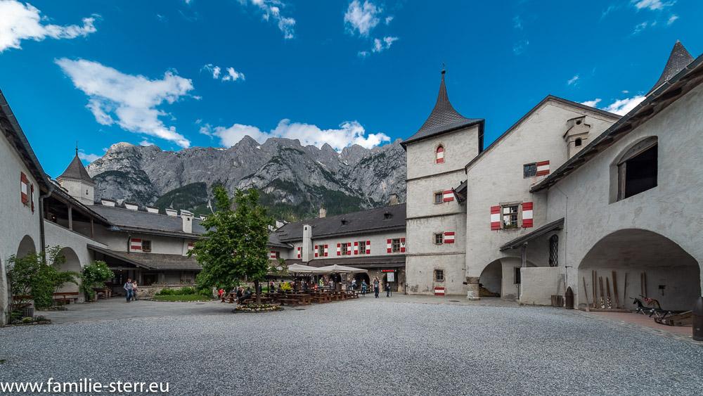 Der Innenhof der Erlebnisburg Werfen mit dem Biergarten und dem Bergpanorama im Hintergrund