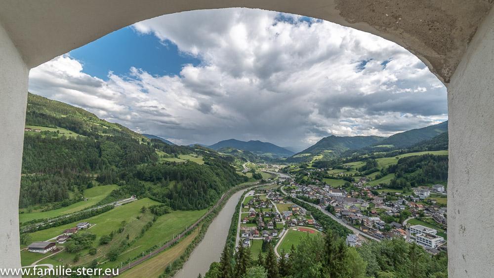 Blick durch ein Fenster von der Burg Hohenwerfen Richtung Süden in das Salzachtal