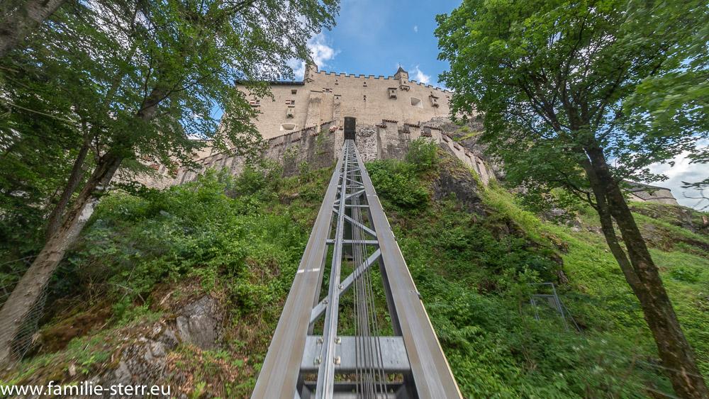 Blick aus der Aufzugskabine entlang der Schiene hoch zur Burg Hohenwerfen