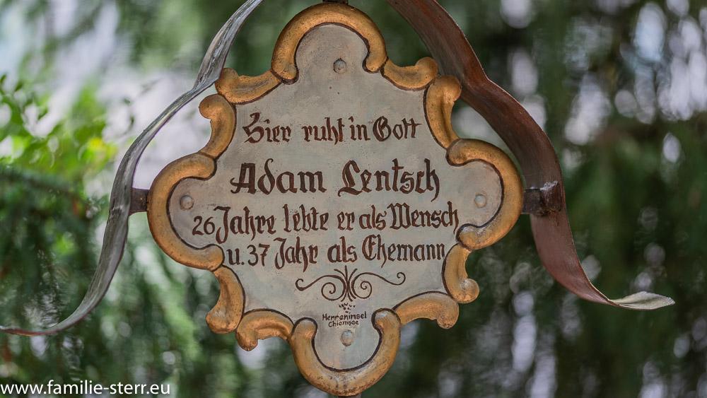 """Grabkreuz mit der Inschrift """"hier ruht in Gott Adam Jentsch, 26 Jahre lebte er als Mensch und 37 Jahr als Ehemann"""""""