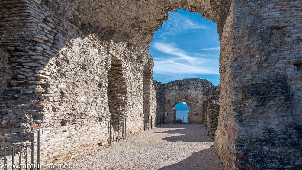 Ruinen der Grotten des Catull - römische Villa aus dem 1. Jahrhundert nach Chr. in Sirmione am Gardasee