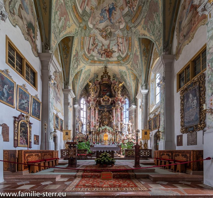 Hochaltar und Altarraum der Wallfahrtskirche Maria Alm