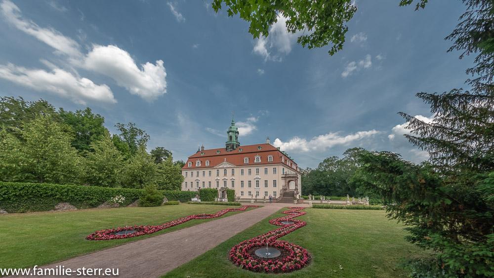 Schloss Lichtenwalde am Ende der Blumenparterre