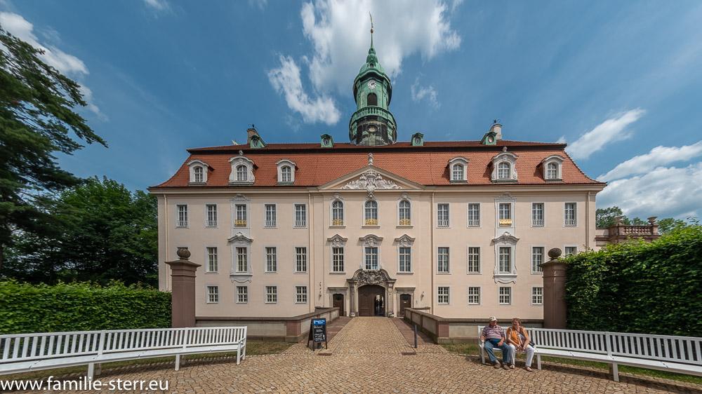 Eingang zum Schloss Lichtenwalde mit Fassadenansicht