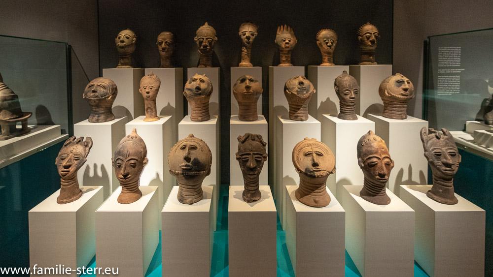 afrikanische Plastiken in der Ausstellung im Schloss Lichtenwalde