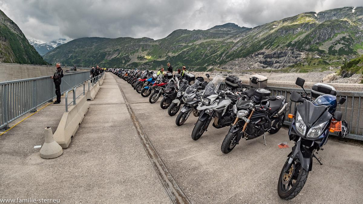 aufgereihte Motorräder zur Motorradweihe 2018 auf den Kölnbreinsperre im Maltatal