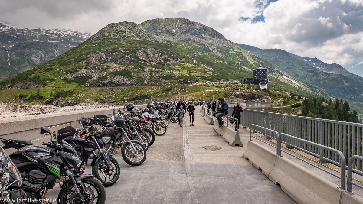 aufgereihte Motorräder zur Motorradweihe 2018 auf den Kölnbreinsperre im Maltatal mit Blick auf das Hotel Malta