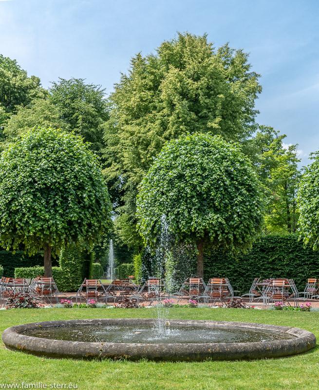 Brunnen in der Mitte des Konzertplatzes im Park Schloss Lichtenwalde