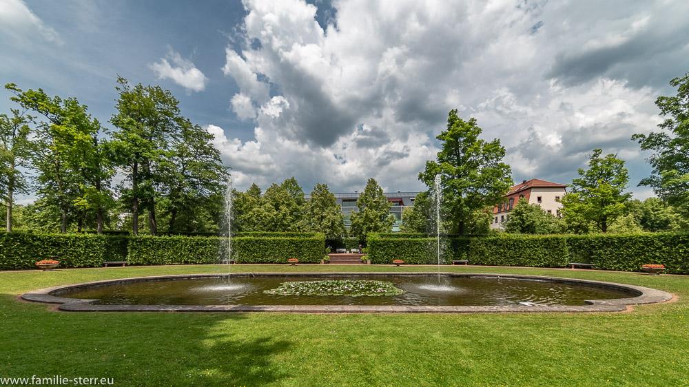 Brunnen mit zwei Fontänen im sog. Kronenbassin im Park Schloss Lichtenwalde