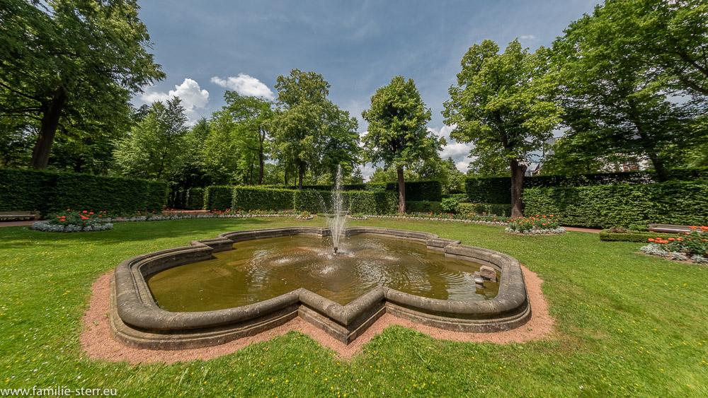 Brunnen mit einer Fontäne im Vasenstück / Park Schloss Lichtenwalde