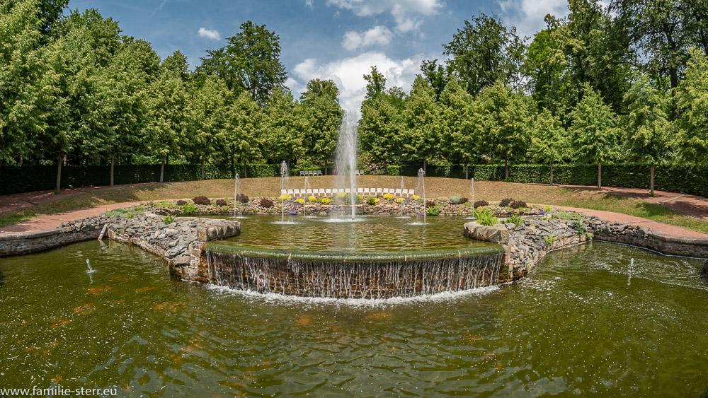 """große Brunnenanlage mit Fontänen, Kaskade und diversen Wasserspielen """"Sieben Künste"""" mit Pavillons am Rande"""