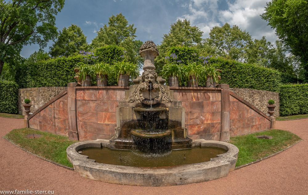 Brunnenskulptur vor einer Treppe im Neuen Stück / Park Schloss Lichtenwalde
