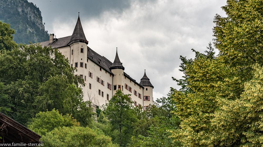 Blick vom Parkplatz hoch zum Schloss Tratzberg