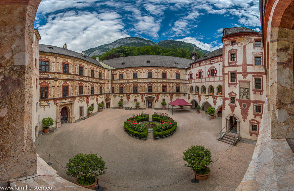 Innenhof mit Renaissance - Malerei  im Schloss Tratzberg