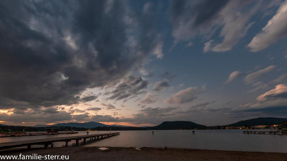 Sonnenuntergang am Strand vor dem Strandhotel Faak am See
