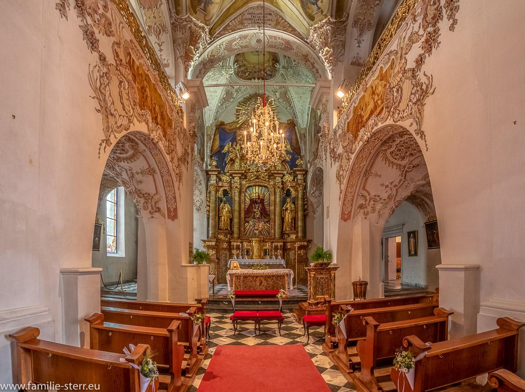 Altarraum und Hochaltar der Kirche Maria Himmelfahrt am Stift Ossiach