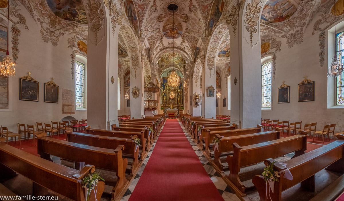Blick durch das Mittelschiff auf den Hochaltar der Kirche Maria Himmelfahrt in Ossiach