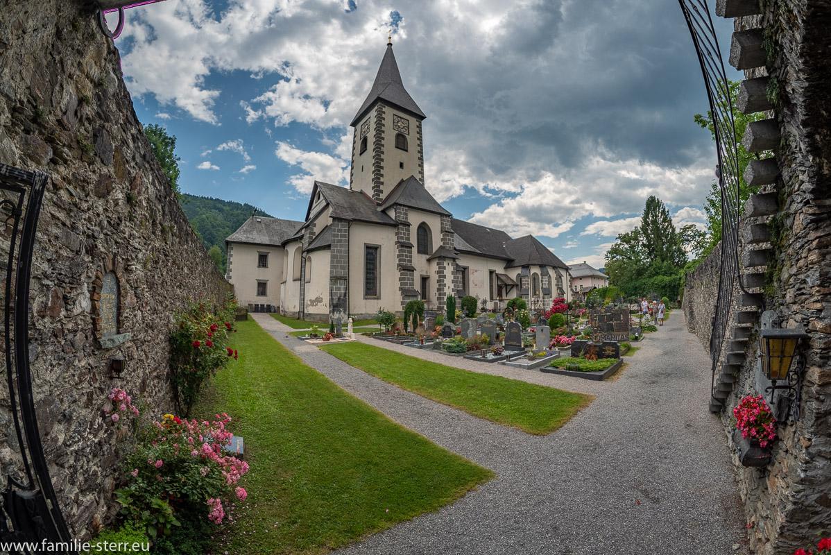 Blick über den Friedhof auf die Stiftskirche Ossiach