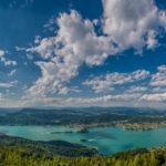 Panorama - Aufnahme vom Wörthersee in Kärnten bei strahlendem Sonnenschein und ein paar Wolken am blauen Himmel