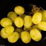 weiße Weintrauben in einer schwarzen Schale