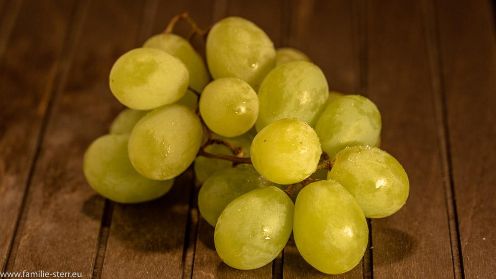 weiße Weintrauben auf einem Brett