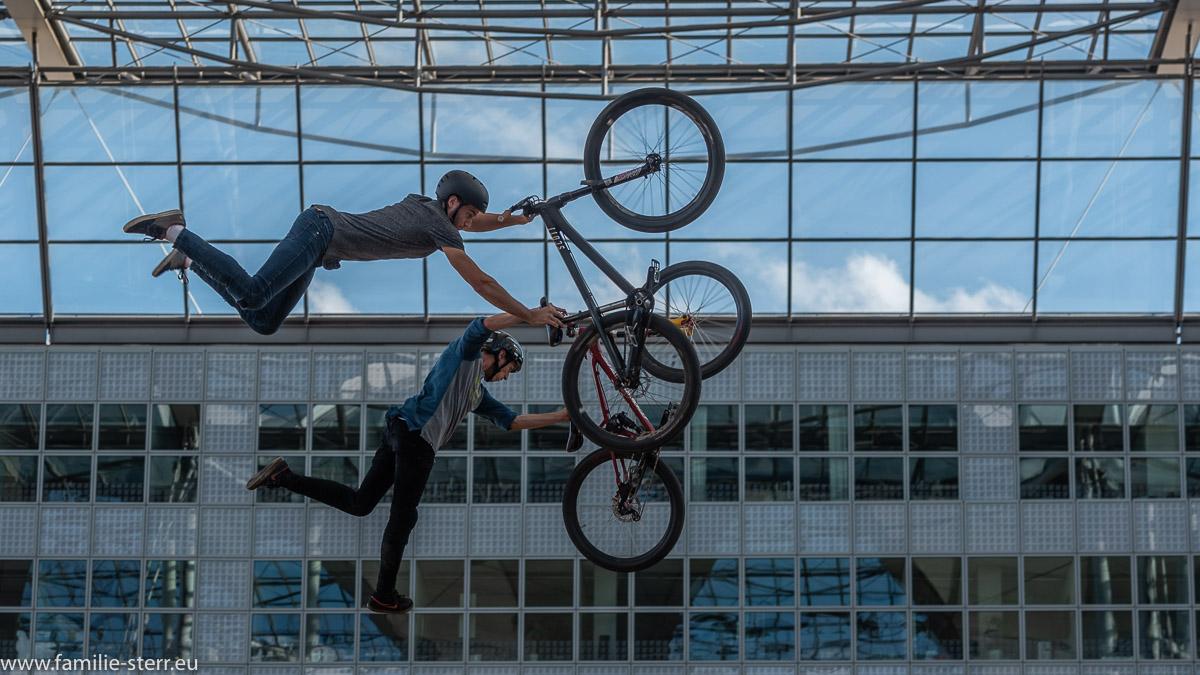 zwei Mountainbiker bei einem Synchron - Jump beim Bike & Style 2018 am Flughafen München