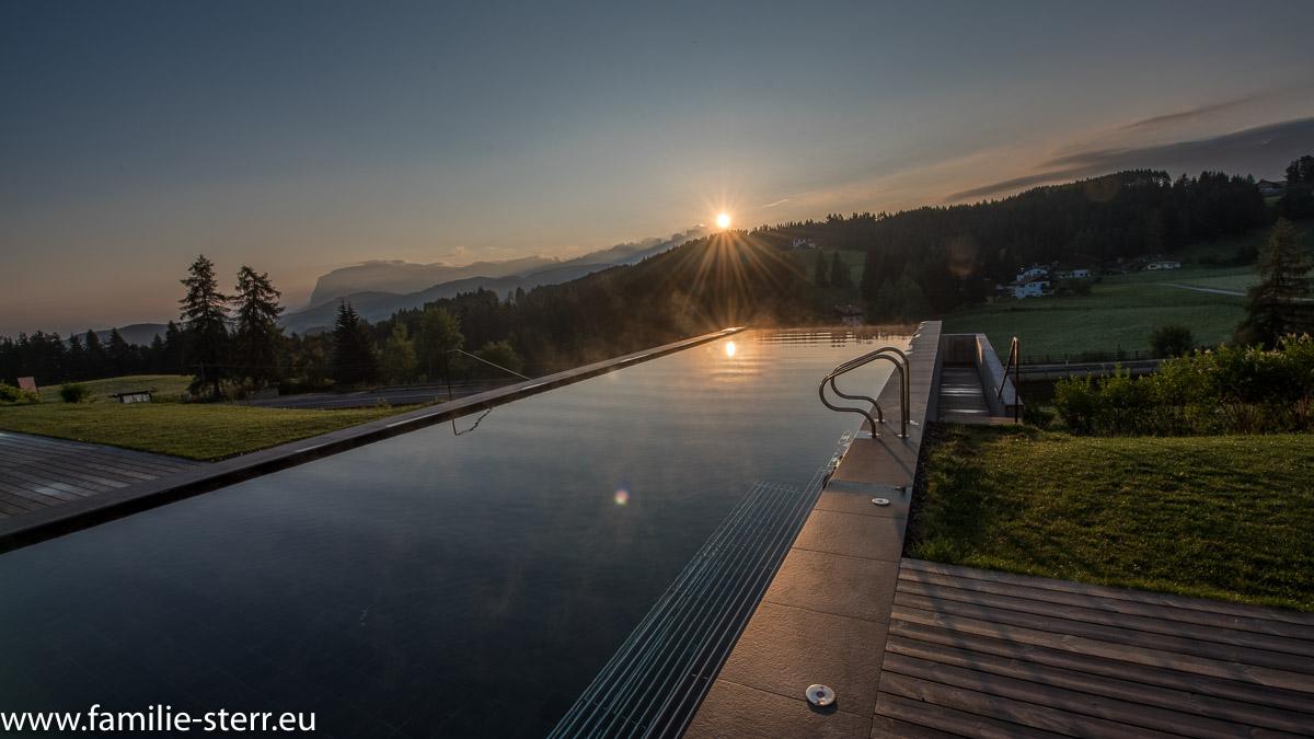 Sonnenaufgang über dem Infinit-Pool im Hotel Pfösl in Deutschnofen
