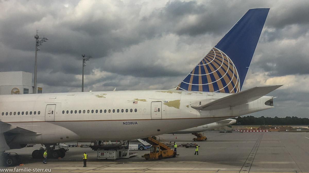 United Airlines Jet am Flughafen München mit massiven Schrammen am Heck