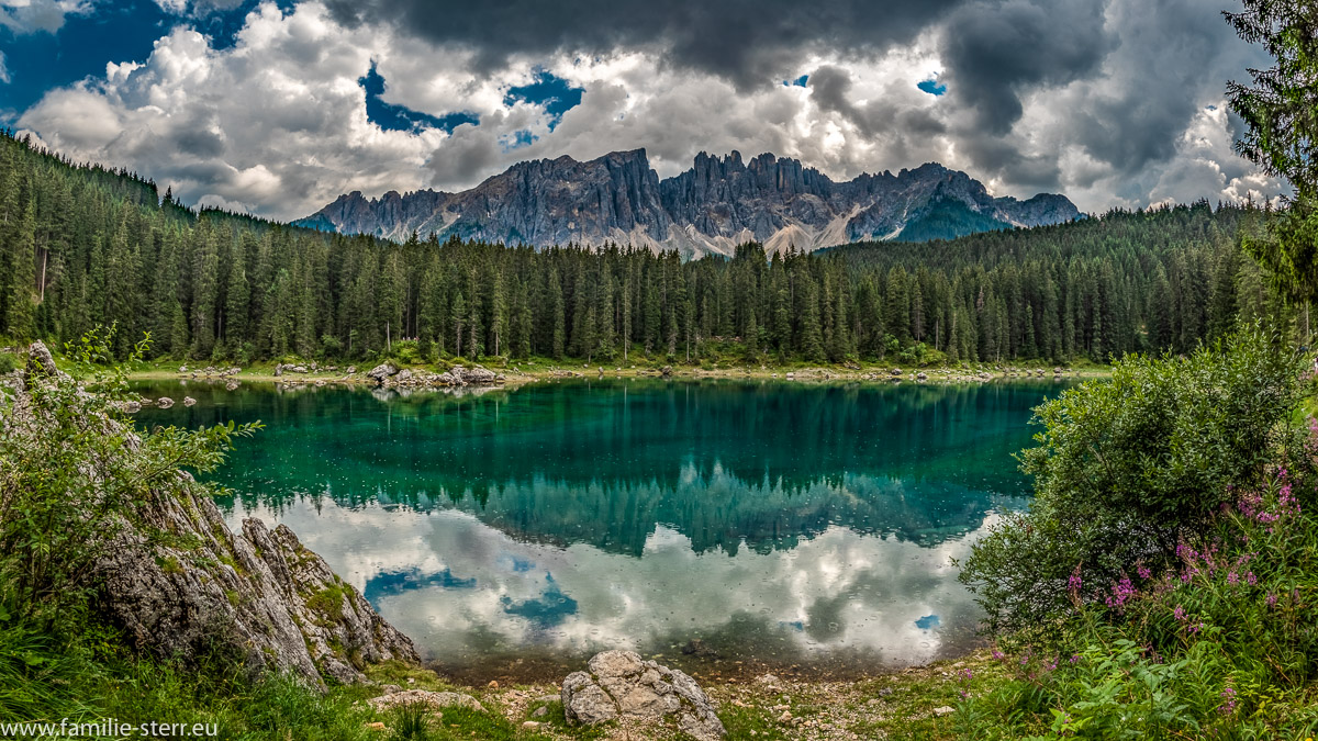 Karersee mit einer Spiegelung der Latermargruppe in den Südtiroler Dolomiten