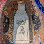 """Stein mit der Inschrift """"Schönheit kann die Welt retten"""" / Friedensreich Hundertwasser"""