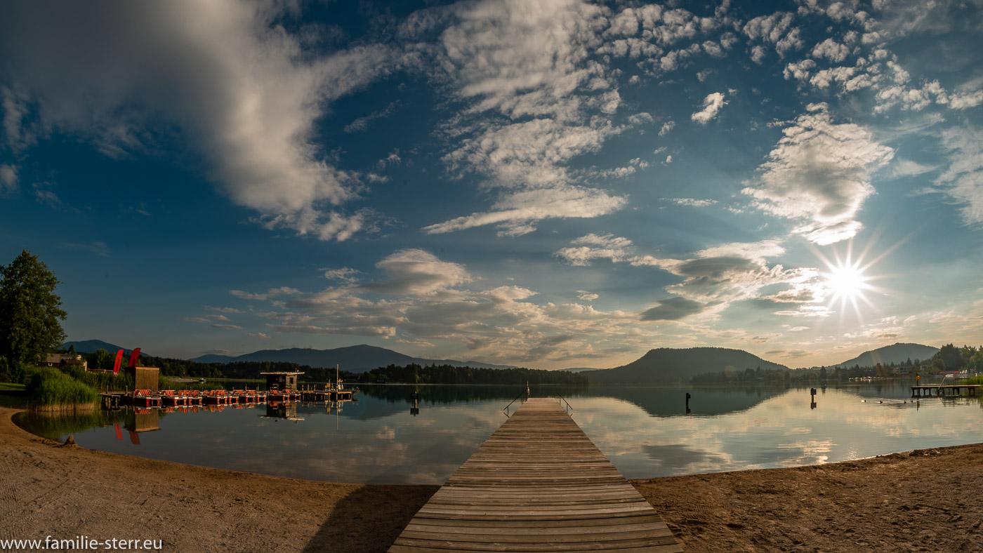Sonnenaufgang über dem Stag im Strandbad am Faaker See in Kärnten