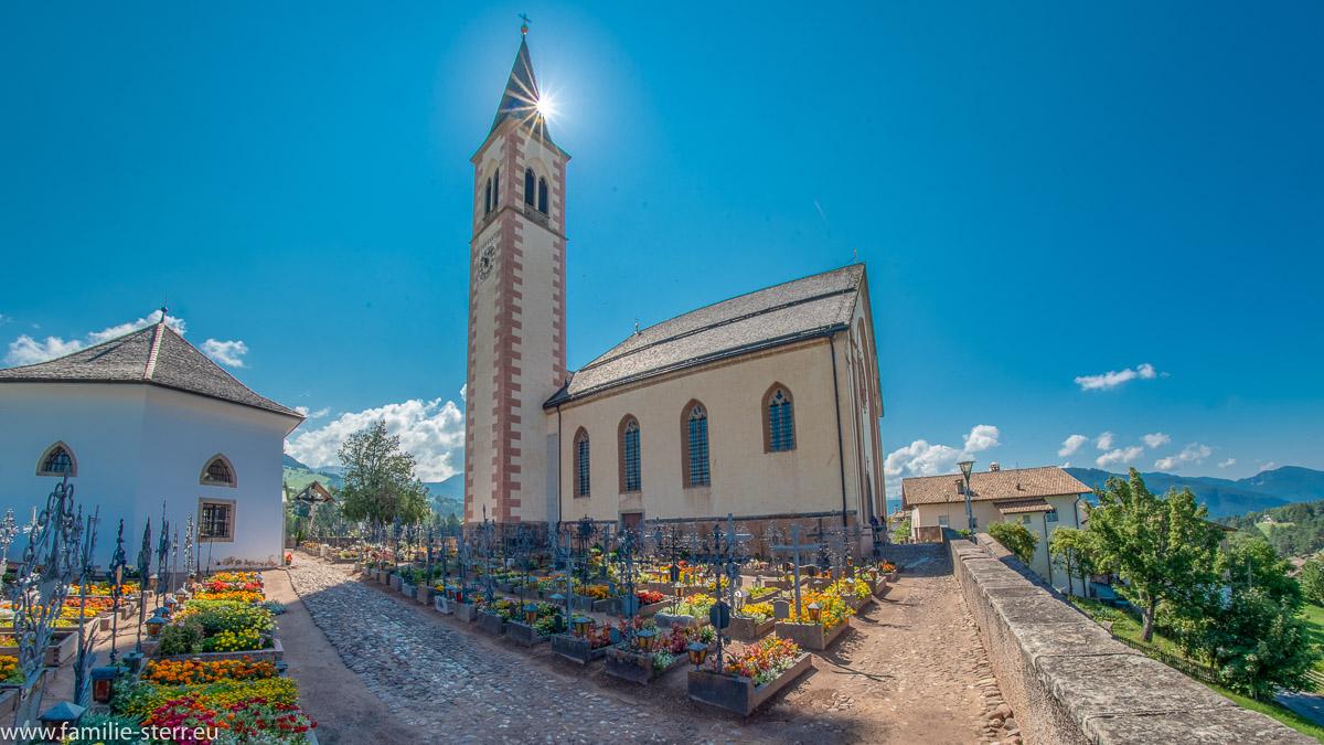 Pfarrkirche von Aldein in Südtirol im strahlenden Sonnenschein
