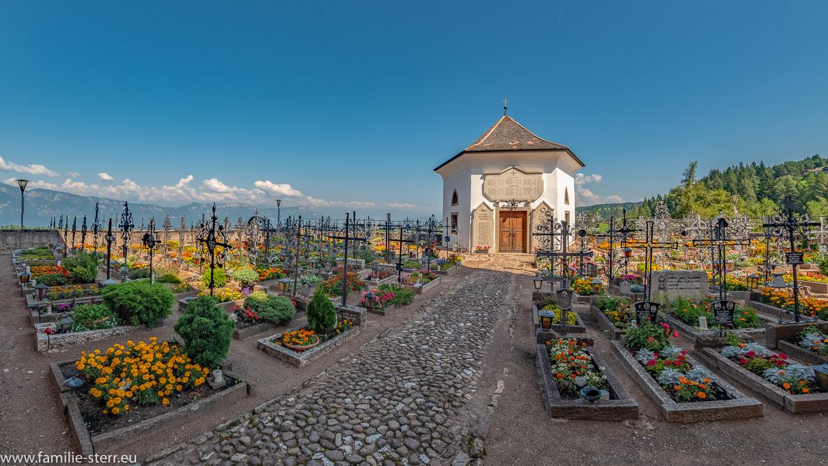 Friedhof von Aldein mit schmiedeeisernen Grabkreuzen