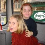 Katharina und Melanie in einem Bus in London