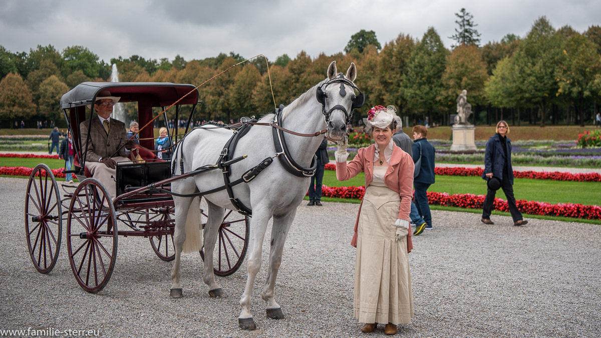 Einspännige Kutsche im Schlosspark Oberschleißheim mit einer Dame im historischen Kostüm