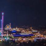 Panorama über das Oktoberfest 2018 bei Nacht vom Turm der Kirche St. Paul aus