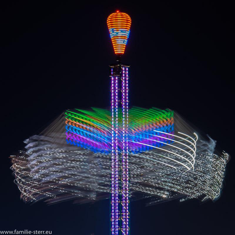 Jules Verne Tower auf dem Oktoberfest 2018 bei Nacht