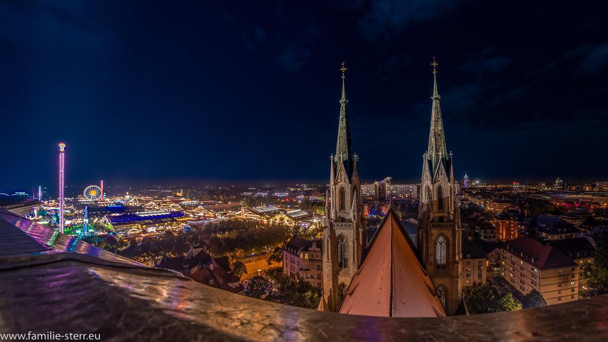 Panoramablick vom Turm der Kirche St. Paul in München über die Kirche und das Oktoberfest 2018 auf der Theresienwiese
