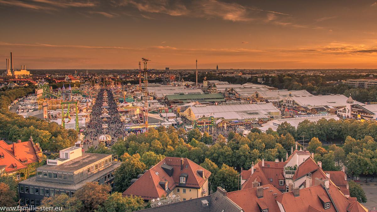 Sonnenuntergang über der Theresienwiese in München beim Oktoberfest