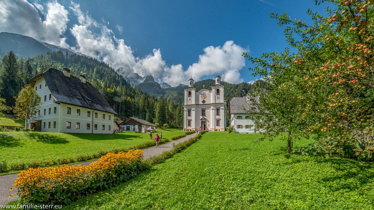 Wallfahrtskirche Maria Kirchental vor den Lofer Steinberge bei strahlenden Sonnenschein