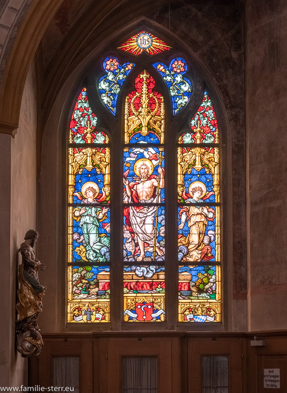 buntes Fenster der Basilika St. Martin in Amberg Oberpfalz