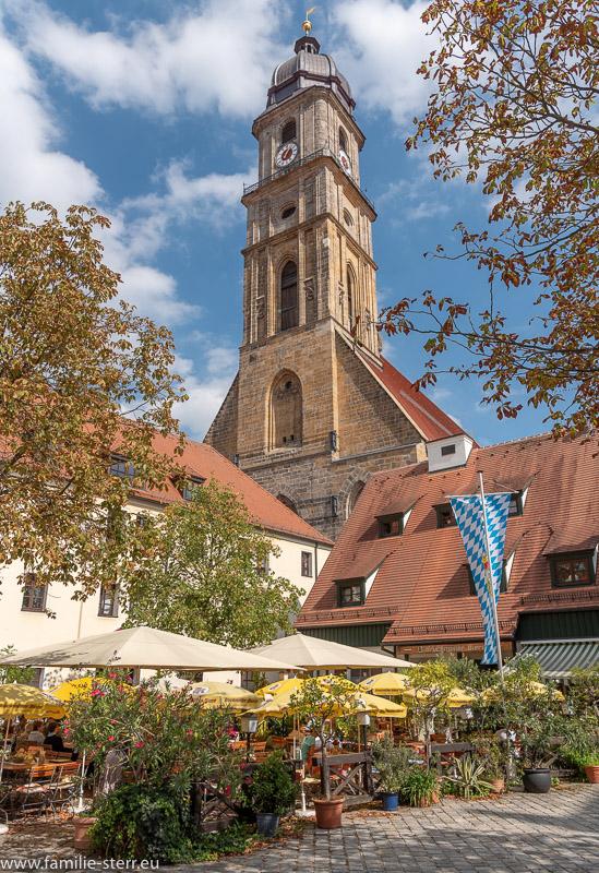 Kirchturm der Basilika St. Martin in Amberg über dem Biergarten