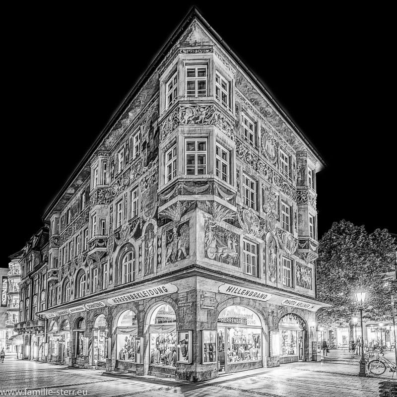das Ruffinihaus in München bei Nacht in schwarz / weiss