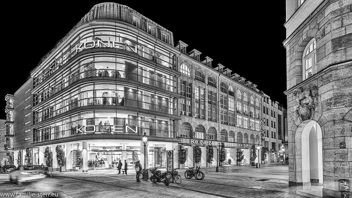 das Modehaus Konen an der Ecke Sendlinger Straße in München in schwarz weiss
