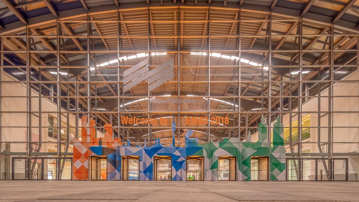 Eingang West der Messe München beim ESMO Kongress 2018 vor der Öffnung
